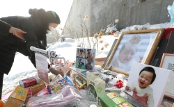 정인이 양부모에 대한 첫 재판이 열린 13일 경기도 양평군 서종면 하이패밀리 안데르센 공원묘원을 찾은 시민들이 고 정인 양을 추모하고 있다. ▶관련기사10면 ⓒ뉴시스