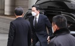 국정농단 혐의로 재판을 받고 있는 이재용 삼성전자 부회장이 18일 서울고등법원에서 열린 파기환송심 선고 공판에 출석하고 있다.