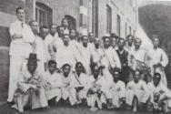1910년 매서인(권서)대회에 참석한 매서인들. 뒷줄 왼쪽에서 첫 번째는 당시 대영성서공회 부총무 베시(Vesey) 목사, 앞줄 왼쪽에서 세 번째는 문막감리교회를 설립한 매서인 이계삼(李桂三) 전도사.