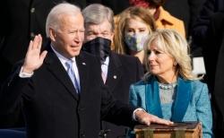 20일 워싱턴 연방의사당에서 열린 취임식에서 조 바이든 미국 대통령이 부인 질 바이든 여사가 지켜보는 가운데 취임선서를 하고 있다.