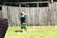 공놀이 하고 있는 아이
