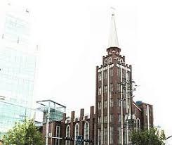 제3영도교회 창고 자리에 있던 천막병원(좌)과 천막병원 앞에 선 장기려 박사(우)