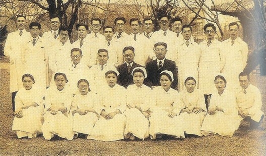 경성의학전문학교 시절, 검정색 양복 차림의 두 사람 - 장기려(좌)와 백인제(우)