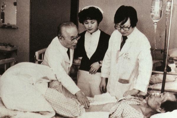 생전의 장기려 복음병원장(현 고신대학교 복음병원)이 입원환자들의 상태를 살펴보고 있다.
