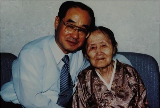 이산가족 방문단의 일원으로 평양을 방문한 아들 장가용 박사가 어머니를 상봉한 모습