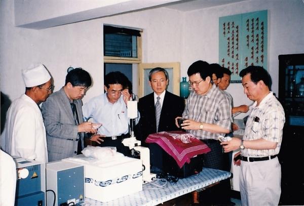 평양시제1인민병원에서 모니터링하는 필자(좌 2번째), 이성희(4번째)김동호(5번째), 최홍준 목사(6번째)