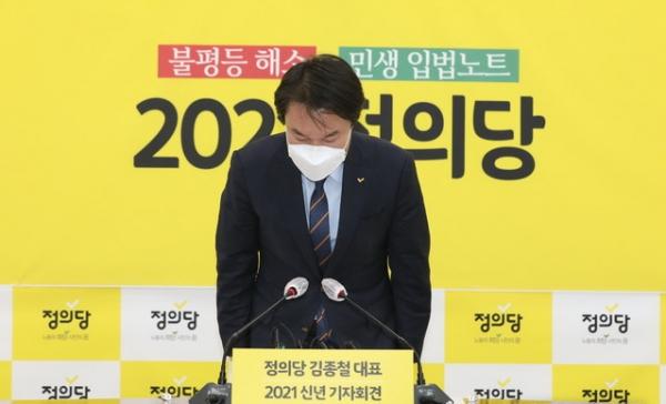 김종철 정의당 전 대표가 불과 며칠 전인 지난 20일, 서울 여의도 국회에서 신년기자회견 전 인사하던 모습. ⓒ뉴시스