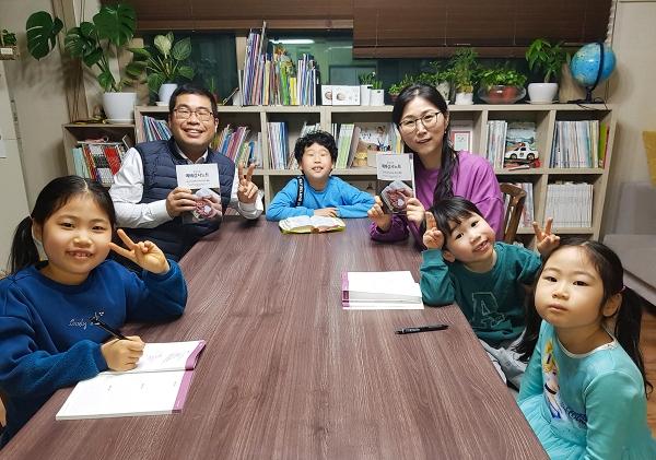 가족의 모든 구성원이 예배감사노트를 작성하면서 가정예배를 드릴 수 있다. 이 시간 부모와 자녀는 대화를 통해 올바른 관계 형성을 할 수 있고, 하루의 삶을 하나님께 감사로 올려 드리면서 신앙을 훈련할 수 있다.
