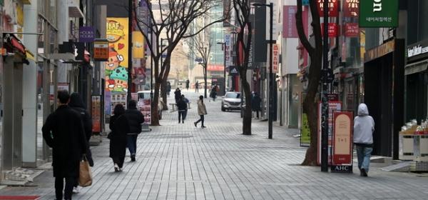 거리두기로 말미암아 서울 중구 명동거리의 한산한 모습.