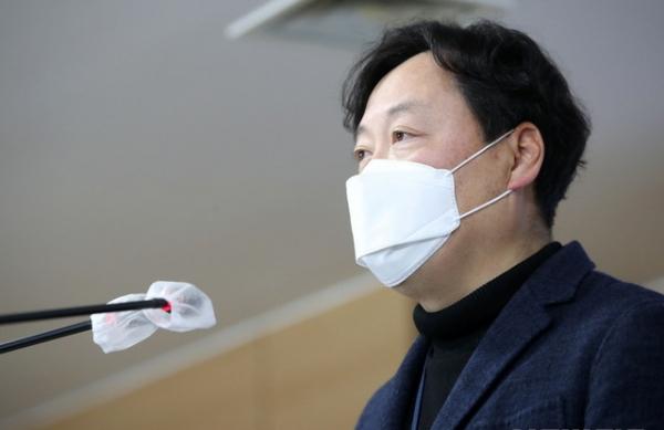신희동 산업통상자원부 대변인이 31일 오후 서울 종로구 정부서울청사 브리핑룸에서 '북한 원전 건설 추진' 의혹과 관련된 공식 입장문을 발표하고 있다.