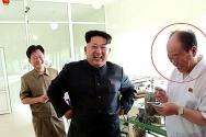 과거 北조선중앙TV는 북한 김정은 국방위원회 제1위원장이 평양대경김가공공장을 현지지도했다고 보도했었다. 사진속 붉은 원이 노동당 39호실 실장 전일춘으로 추정된다. 그는 '김정은 금고지기'로 알려져 있다. ⓒ조선중앙TV 캡처