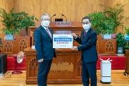 오정호 목사(왼쪽)가 경중노회장 추성환 목사(오른쪽)에게 후원금을 전달하고 있다.