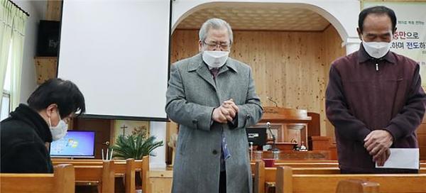 오정호 목사가 고향 교회인 삼분교회를 방문해 축복 기도를 하고 있다.