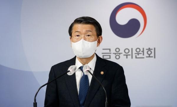 은성수 금융위원장이 3일 서울 종로구 정부서울청사 합동브리핑실에서 공매도 부분적 재개 관련 내용을 발표하고 있다.
