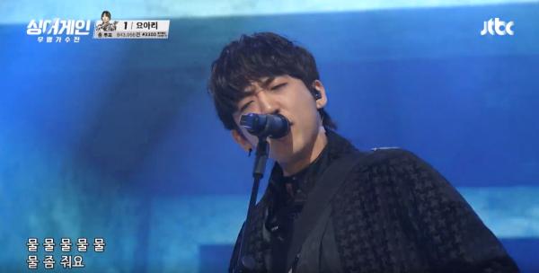 가수 이승윤이 '싱어게인-무명가수전' 파이널 무대에서 가수 이적의 '물'을 열창하고 있다. (사진출처: 싱어게인 영상 캡쳐)