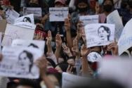 쿠데타를 반대하는 미얀마 시민들의 모습. 구금된 아웅산 수지 여사의 사진을 들고 시위하고 있다.