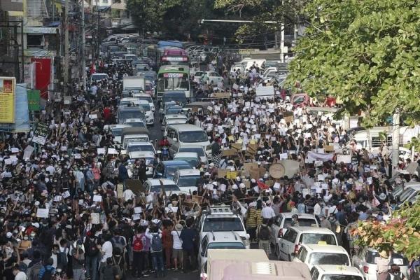 쿠데타를 반대하는 미얀마 시민들의 모습.