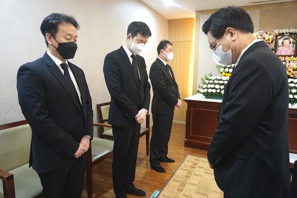 故 김성혜 한세대 총장의 빈소를 방문한 여의도순복음교회 이영훈 목사가 유족들과 함께 기도하고 있다.