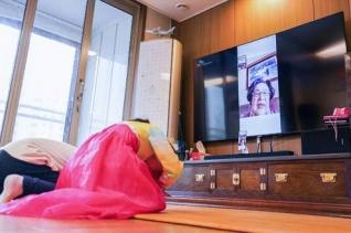 SK텔레콤은 신종 코로나바이러스 감염증(코로나19)으로 인한 비대면 추세 확산에 맞춰 고객들이 안전하고 행복한 설을 보낼 수 있도록 11일부터 오는 14일까지 영상통화 서비스를 무료로 제공한다. 사진은 할머니에게 무료 영상통화로 세배를 하는 아이들의 모습.