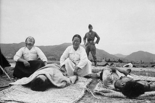 여순사건 당시 사망자의 유족들이 오열하고 있는 모습