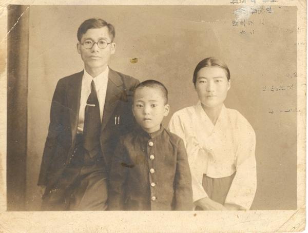 장남 동인과 함께 한 손양원 목사와 정양순 사모