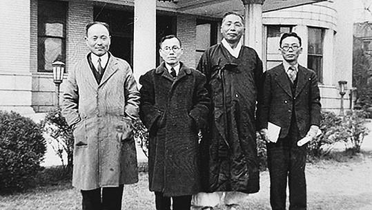 손양원 목사(좌에서 2번째)와 백범 김구 선생(좌에서 3번째)