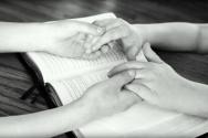 하나님의 뜻은 이루어져 왔고, 이루어지고 있고, 이루어질 것이다. 기도하는 손