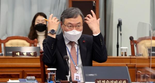 신현수 민정수석이 과거 청와대 여민관에서 영상으로 열린 제1회 국무회의에 참석했던 모습. ⓒ뉴시스