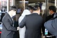 양부모의 학대로 숨진 '정인이 사건' 2차 공판이 열린 가운데, 서울 양천구 서울남부지법으로 입양부 A씨(가운데)가 들어가고 있다. ⓒ뉴시스