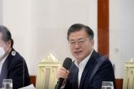 문재인 대통령이 19일 오전 청와대 본관에서 열린 더불어민주당 지도부 초청 간담회에 참석해 인사말을 하고 있다.