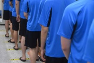 2021년 첫 병역판정검사가 실시된 17일 오전 경기 수원시 팔달구 경인지방병무청에서 입영대상자들이 거리두기를 유지하며 신체검사를 받고 있다.
