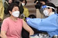 신종 코로나바이러스 감염증(코로나19) 백신 접종 첫 날인 26일 서울 노원구보건소에서 의료진이 요양원 종사자에게 아스트라제네카 백신을 접종하고 있다.