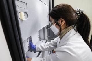 의료진이 지난 26일 오후 서울 중구 국립중앙의료원에 도착한 화이자 백신을 냉동고에 입하하고 있다.