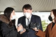 윤석열 검찰총장이 3일 오후 대구 수성구 대구고검·지검 방문에 앞서 취재진 질문에 답변하고 있다.
