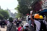 미얀마 군부 반대 시위 모습. 경찰의 최루탄에 맞서는 시민들이 보인다.
