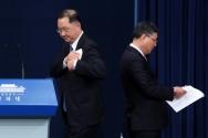 임명된 신임 김진국(왼쪽) 청와대 민정수석비서관이 4일 청와대 춘추관 대브리핑룸에서 인사말을 하기 위해 단상으로 오르고 있으며 사의한 신현수 청와대 민정수석이 단상을 내려가고 있다. 2021.03