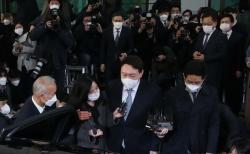 윤석열 전 검찰총장이 4일 오후 서울 서초구 대검찰청을 나서며 직원들의 환송을 받고 있다.