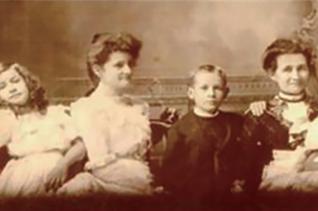 왼쪽부터 세 번째가 훗날 6대 이화학당장을 역임한 첫째 딸 앨리스, 맨 왼쪽이 아펜젤러, 오른쪽에서 두 번째가 부인 엘라.