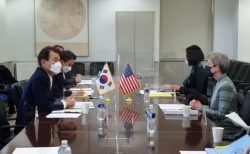 정은보(왼쪽) 한미 방위비분담금 협상대사와 도나 웰튼 미 대표가 방위비분담협상을 벌이고 있다.