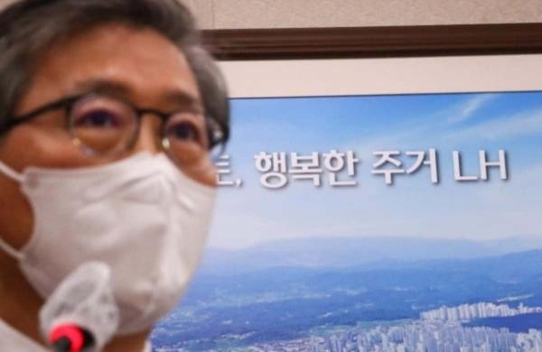 변창흠 국토교통부 장관이 9일 국회에서 열린 국토교통위원회 전체회의에서 현안보고를 하는 뒤로 '행복한 주거 LH' 문구가 보이고 있다.