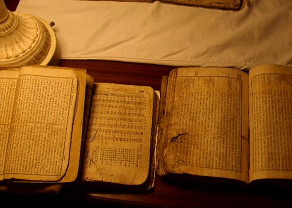 북한 지하교인들이 가지고 있던 성경책과 찬송가