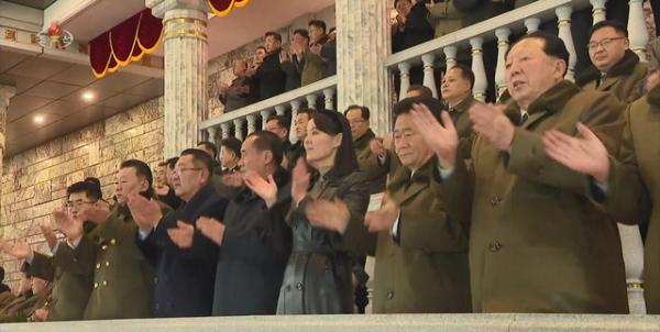 김여정 당중앙위원회 부부장이 지난 14일 평양 김일성광장에서 열린 조선노동당 제8차 대회 기념 열병식에서 박수를 치고 있다. ⓒ뉴시스