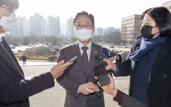 박범계 법무부 장관이 17일 경기 과천시 법무부 청사로 출근하며 취재진의 질문에 답하고 있다.