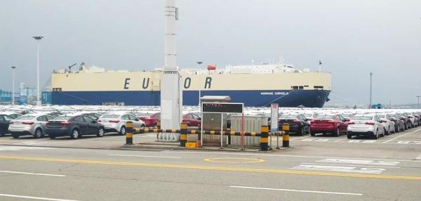 평택항만에는 주로 대형선박이 입항한다. 보통 아파트 7층 높이의 이 대형선박은 자동차 6천여 대를 한 번에 운송할 수 있다.