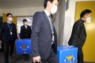한국토지주택공사(LH) 직원들의 신도시 투기 의혹을 수사 중인 경찰이 지난 17일 오후 정부세종청사 국토교통부에 대해 압수수색을 마친 뒤 압수품을 들고 나오고 있다. ⓒ뉴시스
