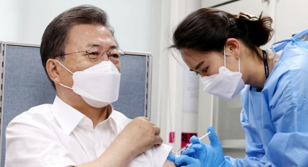 문재인 대통령이 23일 오전 서울  종로구보건소에서 아스트라제네카(AZ)사의 코로나19 백신을 접종하고 있다. ⓒ뉴시스