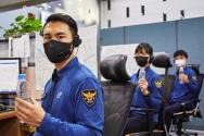 현장 경찰관이 플라스틱 재활용 섬유로 만든 근무복을 입고 기념촬영을 하고 있다.