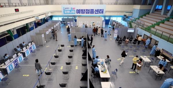 지난 25일 오후 서울 송파구체육문화회관에 마련된 코로나19 예방접종센터에서 모의 훈련이 열리던 모습. ⓒ뉴시스