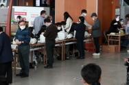 4·7 재보궐선거 사전투표 시작일인 지난 2일 오후 서울 용산구 서울역에 마련된 남영동사전투표소에서 시민들이 투표를 하기 위해 본인 확인을 하던 모습. ⓒ뉴시스
