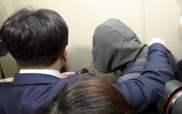 전북 전주시 전북경찰청에서 한국토지주택공사(LH) 직원들의 수도권 부동산 투기 의혹에 대한 소환 조사를 실시한 지난 1일 투기 의혹을 받고 있는 LH 전북본부 직원이 진술녹화실로 들어서고 있다. ⓒ뉴시스